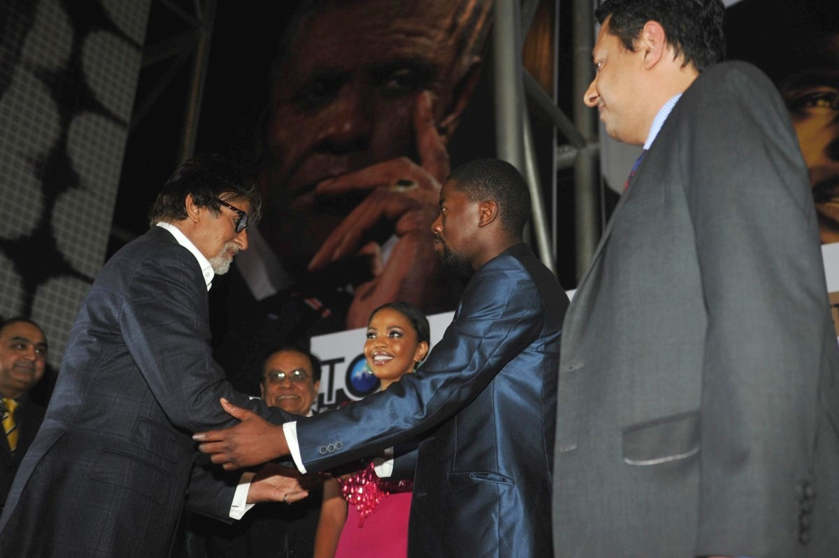 Amitabh bachchan greeting south african actors atandwa kani and amitabh bachchan greeting south african actors atandwa kani and terry pheto at the grand premiere of hollywood film mandela long walk to freedom in mumbai 2 m4hsunfo