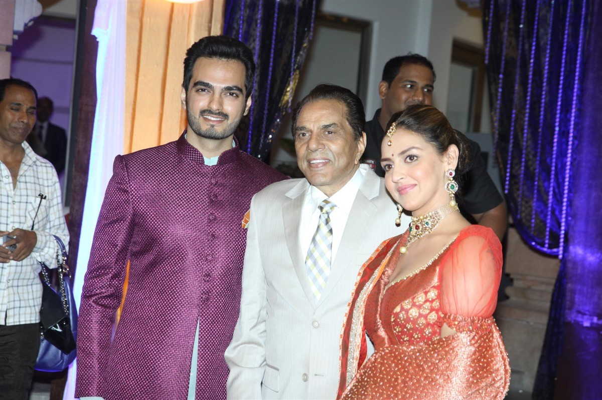Dharmendra with daughter Esha Deol and son in law Bharat at the ... for Dharmendra Daughter Wedding  75sfw
