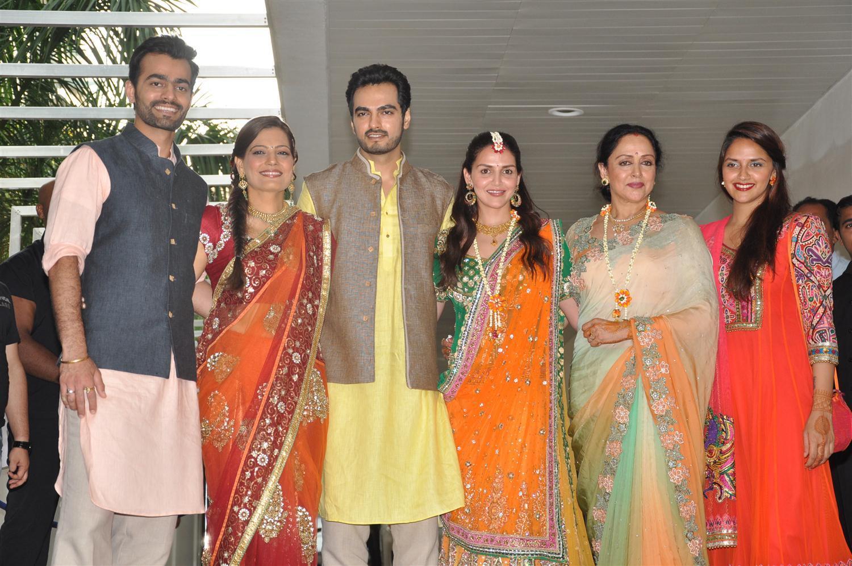 Esha Mehndi Ceremony : Hema malini esha deol ahana with bharat takhtani and his