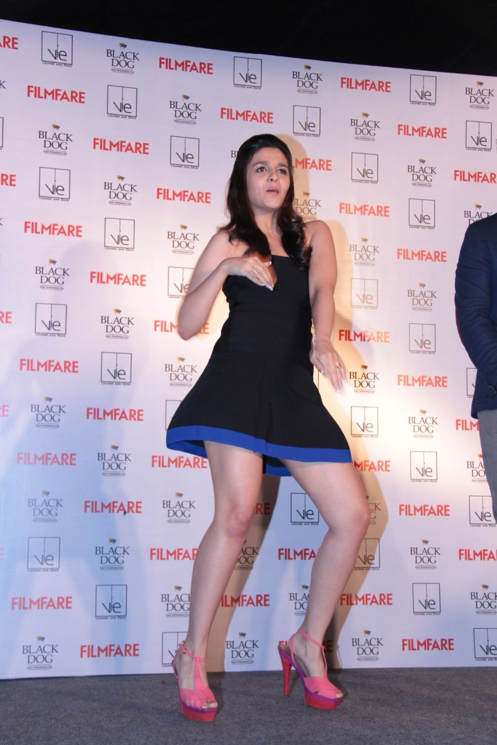 - m6kc6fz9umm8se9r.D.0.Alia-Bhatt-dancing-at-new-FILMFARE-cover-launch-party-in-Mumbai--2-