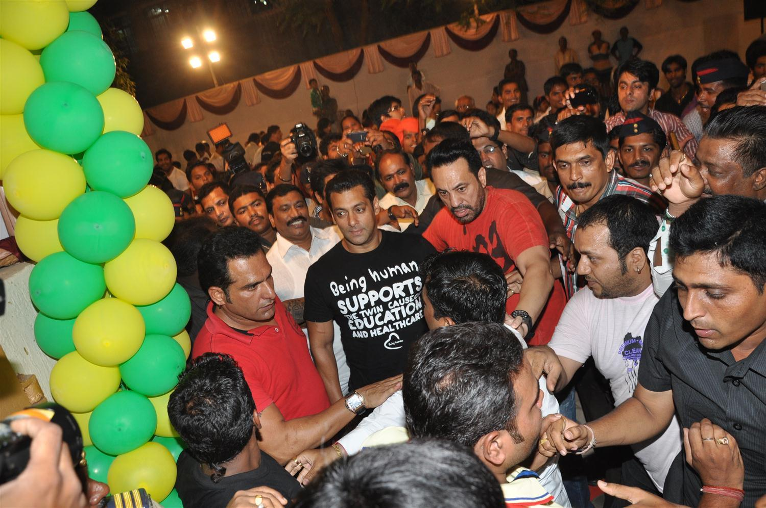 Salman Khan getting mobbed by fans at his arrival to launch fitness