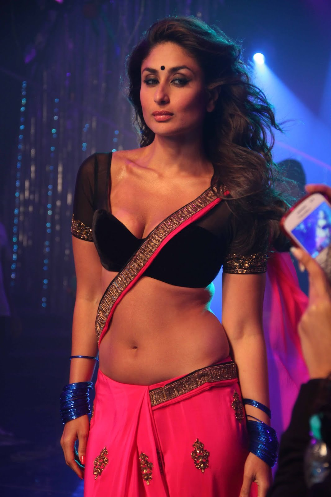 kareena kapoor hot navel show from movie heroine 6