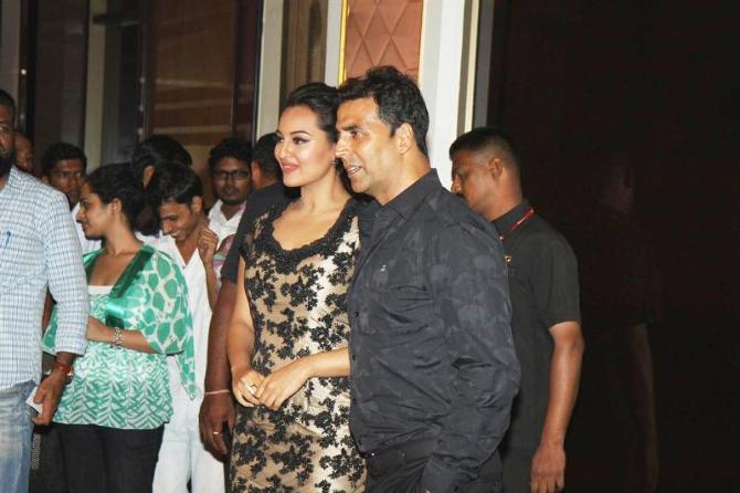 Akshay Kumar with Sonakshi Sinha at film ROWDY RATHORE success party in Mumbai  2