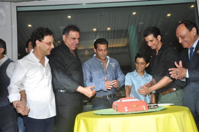 http://datastore04.rediff.com/h450-w670/thumb/4F6259655A5464655B656B586A636B716D72/4f8hsomb4j2s3qgn.D.0.Special-cake-cutting-with-Salman-Khan-at-success-party-of-FERRARI-KI-SAWAARI-hosted-by-Prem-Chopra-in-Mumbai.JPG