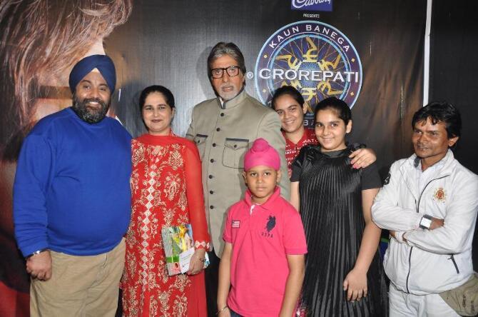 Amitabh Bachchan posing with family of Rs 5 crore KBC winner Sunmeet Kaur Sawhney on sets of Kaun Banega Crorepati 6 in Mumbai  1