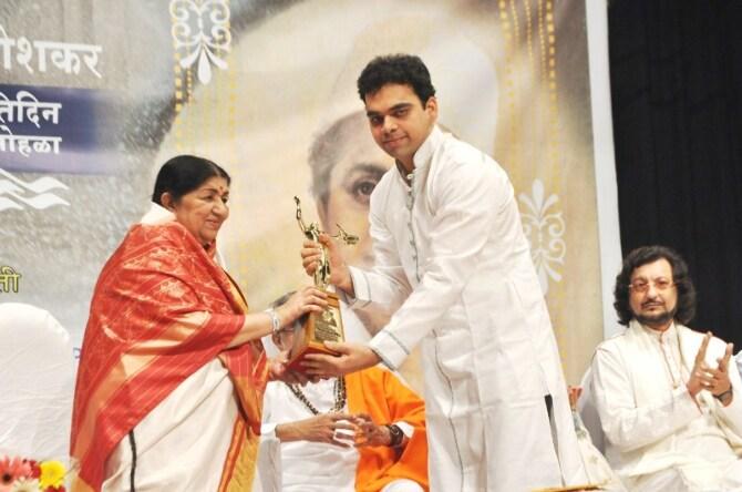 Lata Mangeshkar presenting award to singer Rahul Deshpande at Master Dinanath Mangeshkar Awards 2012 in Mumbai