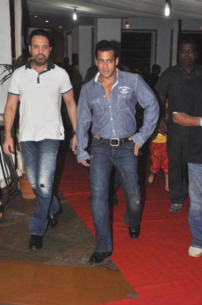 http://datastore04.rediff.com/h450-w670/thumb/4F6259655A5464655B656B586A636B716D72/kjqhrvbdhrclikg4.D.0.Salman-Khan-at-success-party-of-FERRARI-KI-SAWAARI-hosted-by-Prem-Chopra-in-Mumbai--4-.JPG