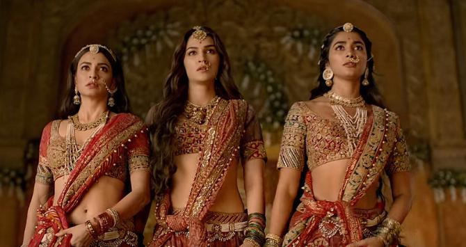 Kriti Kharbanda Kriti Sanon Pooja Hegde starrer Housefull 4  Movie Photos  1