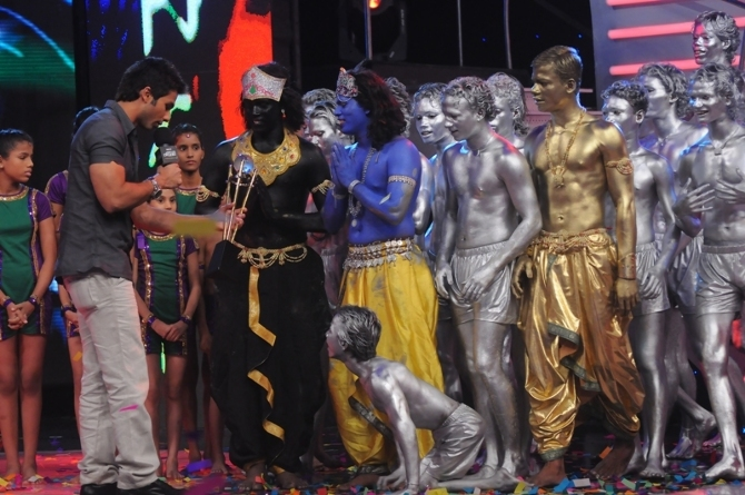 Shahid kapoor handing trophy to Prince Group Winners of Indias Got Talent
