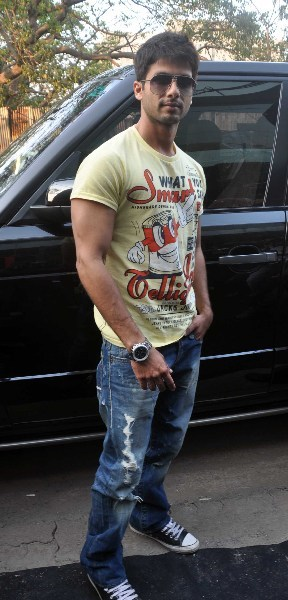 Shahid Kapoor pose for photo