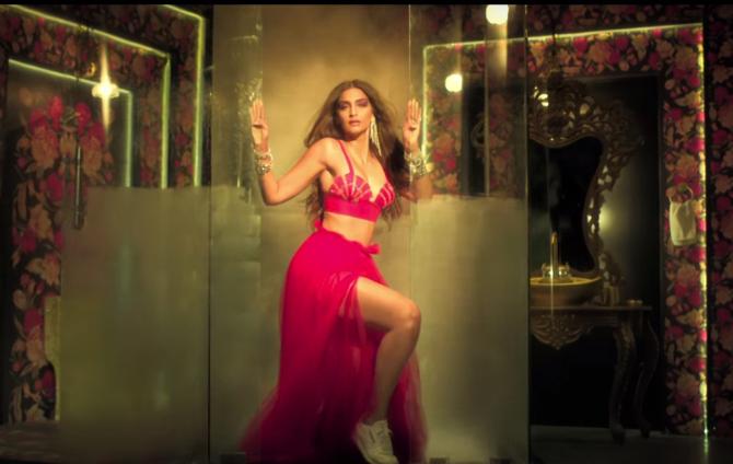 Tareefan song from movie Veere Di Wedding Kareena Kapoor Khan  Sonam Kapoor  Swara Bhaskar  19