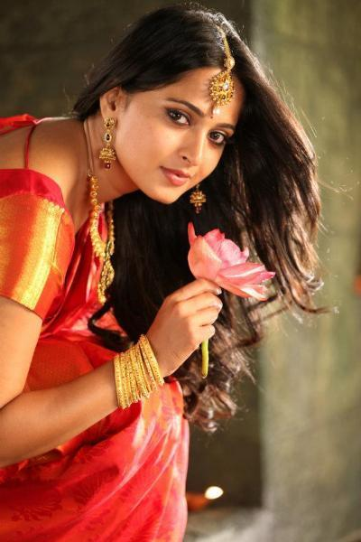 Anushka Shetty Hot Traditional Saree Images