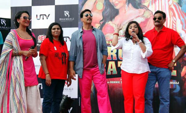 Akshay Kumar Sonakshi Sinha with their fans at film ROWDY RATHORE promotions in Lokhandwala Complex in Mumbai Photo